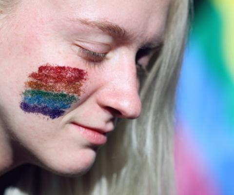mulher com cara de orgulho LGBTI