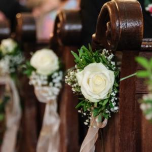 bancos de iglesia decorados para una boda