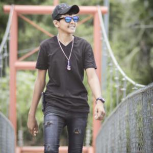 chico en el puente