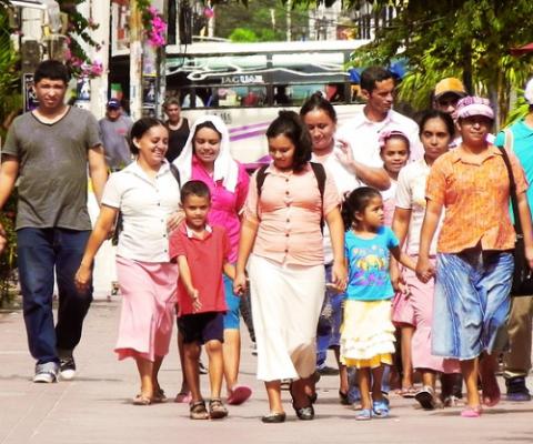 familia caminando juntos