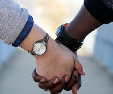 negro e branco de mãos dadas