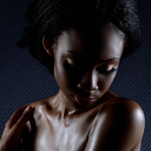 mujer negra sosteniendo ella misma
